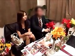 Japonski žena dobi massged, medtem ko mož čaka