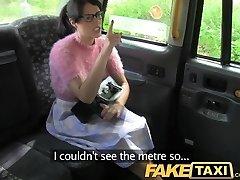 भाड़ में जाओ टैक्सी श्यामला चश्मे के साथ मूल्य देता है के लिए बुरा बर्ताव किया जा रहा