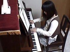 पियानो शिक्षक रियर अपने शिष्य भर में पियानो चाबियाँ