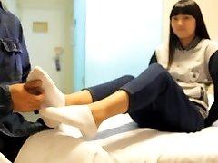 čínsky šteklenie dievča s ponožka a holé