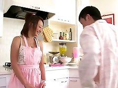 Srčkan Asian dekle rad, da sesati tiča v kuhinji