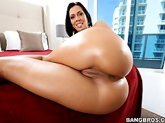 Rachel Starr is still in the top 5 for the fans and we could not agree more. Today, we bring you Rachel's perfectly shaped round juicy ass
