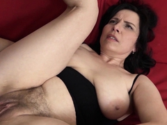 Mature with natural mammories gets a internal ejaculation in her hairy pussy!
