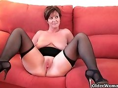 British granny Fun spreads her screwable pussy