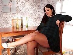 Plumper mature Anna Lynn flashing her pussy upskirt