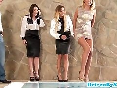 Glamour babe analized during four-way session