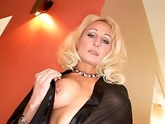 Horny blonde takes a yam-sized one up her culo