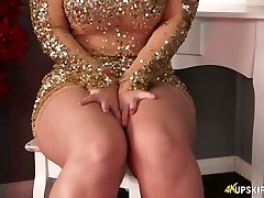 Chubby blond mommy Nikki Lee exposes her nice butt