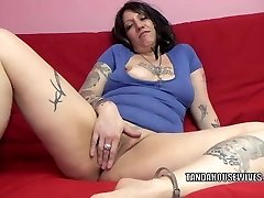 Tatted plumper Lexxi Meyers is playing with her poon