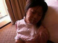 Peituda Asiática Boneca Recebe Facial
