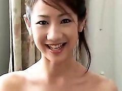 sexy čínsky priateľka fajčenie a pevný