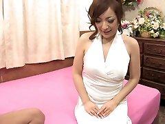 Frajer žmýka babe's šťavnaté prsia pred jej búchal