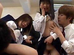 Gangbang meninas estão cheios de tesão na sala de aula