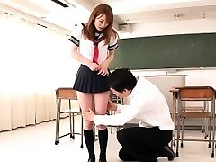 Japonskej školáčky facialized v triede