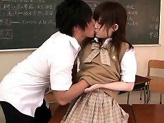 Drobná ázijské školáčka banged v triede