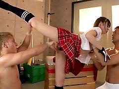 Flexibilné dievča Šuká Dvaja Chlapci V Telocvičňa
