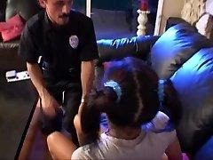 Teen babá lily assustado até a chegada da polícia
