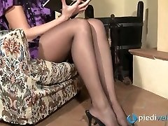Nasty brunette cutie Flavia looks irresistible in ebony nylon tights