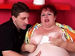 Experienced plumper Margaret spreads her thick thighs wide to let her partner nail her snatch