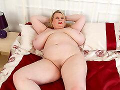 Meaty titted BBW Samantha Sanders rubs her fanny