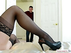Jaws watering mom of best friend Kendra Lust does her best