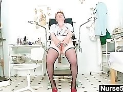 Filthy mature lady toys her wooly cunny with speculum