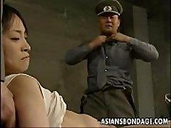 Japansk dama holdt nede og fylt med fett dicks