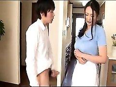令人愉快的亚洲家庭主妇的工作她的手和嘴唇上