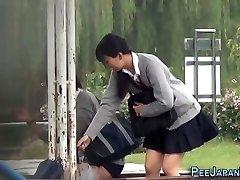 Japāņu pusaudžu čurāt parkā