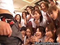 Krásné Japonské školačky zkoumání