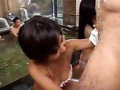 دختران آسیایی, دختران در یک مهمانی گرفتن بر روی زانو های خود را به خوردن برخی از کون