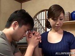 Chaude mature femme au foyer Asiatique jouit d'obtenir la position 69