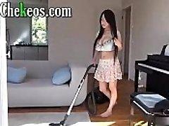 Asiatica empleada caliente se hace la paja con la aspiradora a sus ricas bubis tetona mamacita