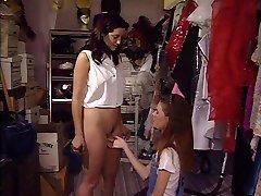 Mladá brunetka prdeli dívku