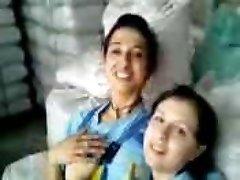 Turkish femmes Fabrika kizlari birbirlerini oksuyor