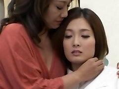 Une paire de Japonais lesbiennes aime embrasser et se caresser