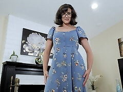 Nerdy stepmom with yummy boobies Penny Barber turned to be a hot teaser