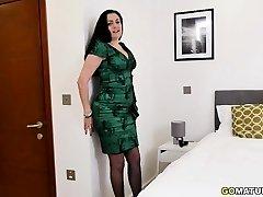 Brit housewife Leia goes wild
