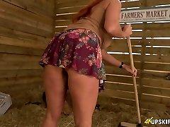 Lustful 41 yo woman Faye Rampton unveils her donk on farmers' market