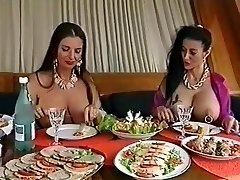 Divas busty sadursta padauzām, kuras jautri