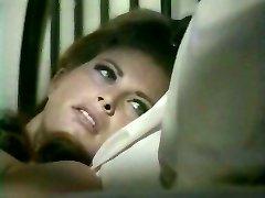 Seks głodny żona kusi śpiącego mężulek, całując go w ucho