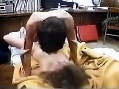 busty college dekle je veliko seksa v 80. letih študentski sobi