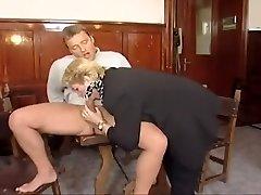 velha senhora contrata outro brinquedo de menina