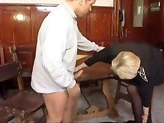 vana daam palkab teine tüdruk mänguasi