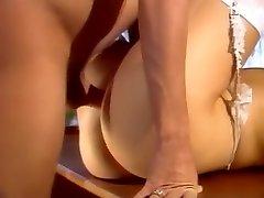 角质的色情明星莎娜Mccullough在神话般的脸部、舔阴色情的场景