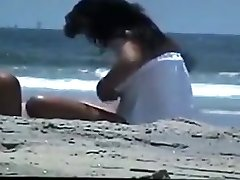 nuogas pora paplūdimyje