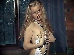 britu skolā meitene vienotu striptīzs
