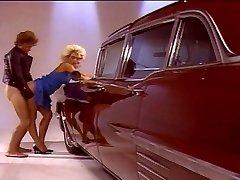 सुनहरे बालों वाली लड़की कार