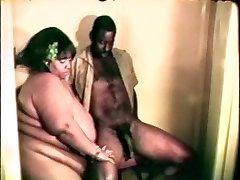 Suur rasva hiiglaslik must emane armastab kõvasti musta riista vahel tema huuled ja jalad