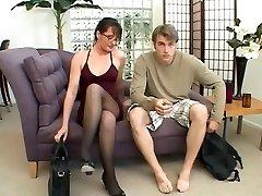 MILF αγαπά να παίξει με ένα μεγάλο κρουνός